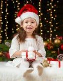 Het portret van het kindmeisje in Kerstmisdecoratie, gelukkige emoties, het concept van de de wintervakantie, donkere achtergrond Royalty-vrije Stock Afbeelding