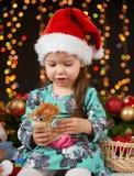 Het portret van het kindmeisje in Kerstmisdecoratie, gelukkige emoties, het concept van de de wintervakantie, donkere achtergrond Stock Foto