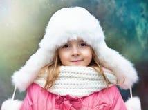 Het portret van het kindmeisje openlucht in de winter stock afbeelding