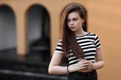 Het portret van het meisje in gestreept jasje Stock Afbeeldingen
