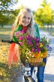 Het portret van het meisje met fiets Stock Foto