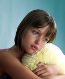 Het portret van het meisje met geel hoofdkussen Royalty-vrije Stock Foto