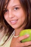 Het portret van het meisje met groene appel stock foto's
