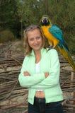 Het portret van het meisje met papegaai stock afbeeldingen