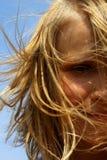 Het portret van het meisje op hemelachtergrond royalty-vrije stock fotografie