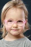 Het portret van het meisje in roze glazen Stock Fotografie