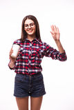 Het portret van het meisje van de schoonheidsstudent met hello gebaar drinkt thee of koffie van document kop Royalty-vrije Stock Fotografie