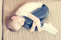 Het portret van het mooie jonge meisje leggen op bed die koesteren het glimlachen ogen sloot & het dromen Royalty-vrije Stock Foto's