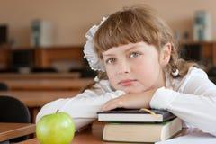 Het portret van het schoolmeisje bij schoolbank Stock Foto