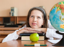Het portret van het schoolmeisje bij schoolbank Stock Fotografie
