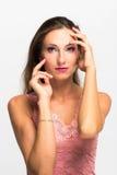 Het Portret van het schoonheidsmeisje Mooie jonge vrouw die op witte achtergrond wordt geïsoleerde Stock Foto