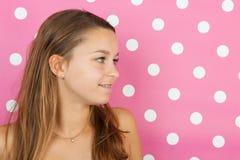 Het portret van het tienermeisje op roze Stock Foto's