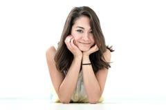 Het portret van het tienermeisje, over witte achtergrond stock fotografie