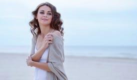 Het Portret van het vrouwengezicht op het strand Gelukkig mooi krullend-haired meisjesclose-up, het wind fladderende haar De lent Stock Afbeelding