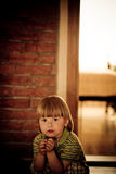 Het portret van het zitten van een jongen met ongerust gemaakt ziet eruit Royalty-vrije Stock Foto's