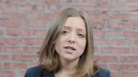 Het portret van jong blondemeisje spreekt in camera, schudt hoofd afgietsel Actrice stock videobeelden