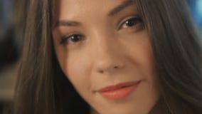 Het portret van jong charmant meisje stock video