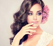 Het portret van jong krullend haired brunette met levendige oostelijke stijl maakt omhoog Elegante krullende kapsels stock foto