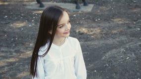 Het portret van jong mooi meisje stelt bij camera op manege stock video