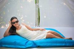 Het portret van jonge Aziatische kijkende vrouw ligt in het bed in de Maldiven royalty-vrije stock fotografie