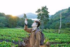 Het portret van jonge reizigers met rugzakken houdt verse aardbei royalty-vrije stock foto