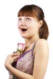 Het portret van jonge uitdrukkingsvrouw met roze nam toe Royalty-vrije Stock Foto's