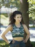 Het portret van jonge vrouw in de zomerpark tijdens werkt opleiding uit Stock Fotografie