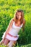 Het portret van jonge vrouw in kijkt sullenly Stock Foto