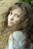 Het portret van jonge vrouw met ongerust gemaakt ziet eruit stock fotografie