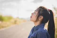 het portret van jonge vrouw neemt een diepe adem stock afbeeldingen