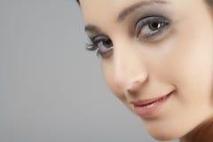 Het portret van jonge vrouw in schoonheidsstijl stelt Royalty-vrije Stock Foto's