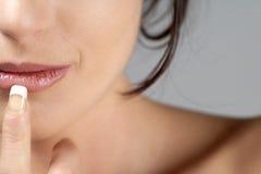 Het portret van jonge vrouw in schoonheidsstijl stelt Stock Foto
