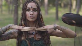 Het portret van jonge vrouw in theatraal kostuum en maakt omhoog van bos nymth dansend in bos die prestaties of het maken tonen stock video