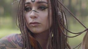 Het portret van jonge vrouw in theatraal kostuum en maakt omhoog van bos nymth dansend in bos die prestaties of het maken tonen stock videobeelden