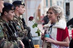 Het portret van juffrouw van Carnaval die aan militaire mensen met een rood spreken nam ter beschikking toe royalty-vrije stock foto