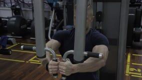 Het portret van Kaukasische bodybuilder die zijn inspanning in borst muscules opleidend in de gymnastiek beëindigt stock footage