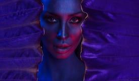 Het Portret van het kunstneon van Mooie Jonge Vrouw met betoverende mystieke make-up stock afbeelding