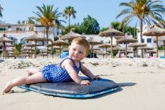 Het portret van leuk weinig babymeisje zwemt binnen kostuum op strand in de zomer Royalty-vrije Stock Afbeeldingen