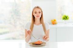 Het portret van leuke charmante dame die heeft van de het gebruiks snacking vork van luncherwten de eiwit plantaardige pauze van  royalty-vrije stock foto's