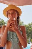 Het portret van meisje is drinkig vers sap, de zomerberg landsc Royalty-vrije Stock Afbeeldingen