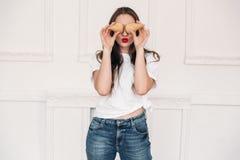 Het portret van het meisje heeft pret met wafelkoppen, die spoedig met eigengemaakt roomijs zullen gevuld worden Het model royalty-vrije stock fotografie