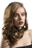 Het portret van meisje met golvend haar bekijkt linkerzijde royalty-vrije stock afbeeldingen