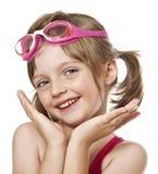 Het portret van meisje met roze zwemt glazen royalty-vrije stock foto's