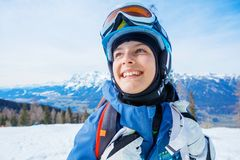 Het portret van Meisje snowboarder geniet van de toevlucht van de de winterski stock afbeelding