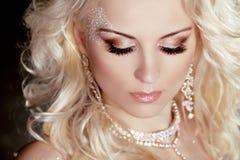 Het portret van mooi blond meisje met maakt omhooggaand en krullend haar. Je Stock Foto's