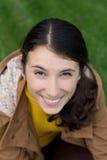 Het portret van mooi jong glimlachend donkerbruin meisje ziet omhoog eruit Stock Afbeelding