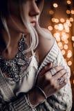 Het portret van mooi model op gouden bokeh steekt achtergrond aan Royalty-vrije Stock Foto