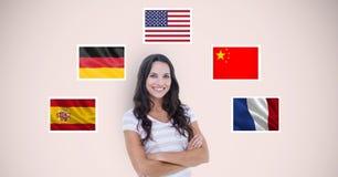 Het portret van mooie vrouw met wapens kruiste status door vlaggen tegen beige achtergrond Stock Fotografie