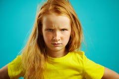 Het portret van ontevreden kindmeisje die met doorploegde wenkbrauwen, ontevredenheid of het oneens zijn, toont aan stock afbeelding