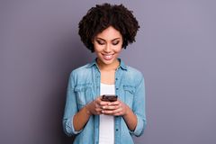Het portret van positieve vrolijke tevreden dameblog blogger houdt van het de gebruikersapparaat van het handgebruik van de het o stock afbeelding